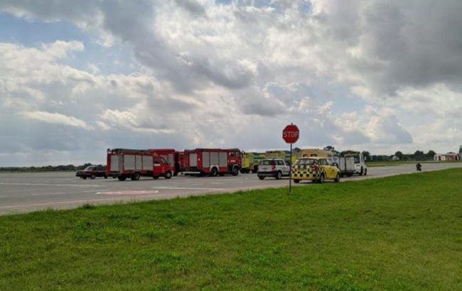 """Во Львове самолет совершил аварийную посадку, в аэропорту много """"скорых"""" и спасателей"""
