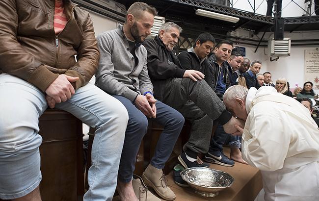 Папа Римський омив ноги 12 ув'язненим (відео)