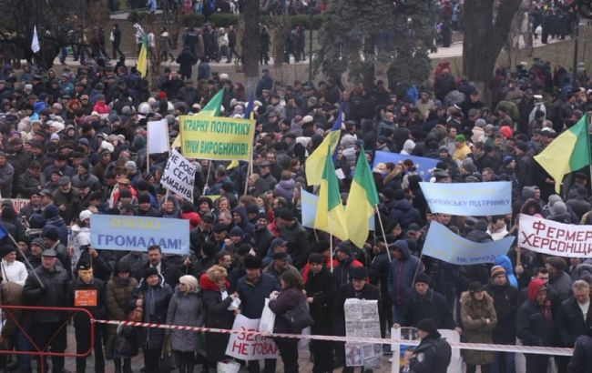 Фото: на площі Конституції мітингують більше тисячі людей (Громадське ТБ)