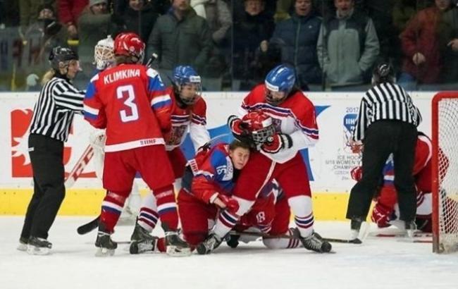 Фото: Бійка хокеїсток на чемпіонаті світу