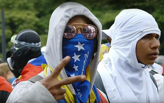 Фото: участники оппозиционных митингов в Венесуэле (web screenshot)