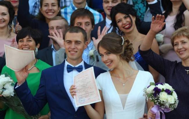 Черкасские молодожены отдали свадебные подарки нуждающимся детям