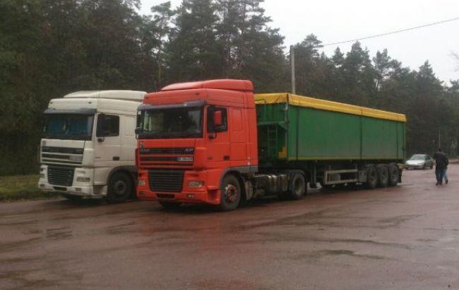 Фото: вантажівки зі львівським сміттям були затримані на території Глухова