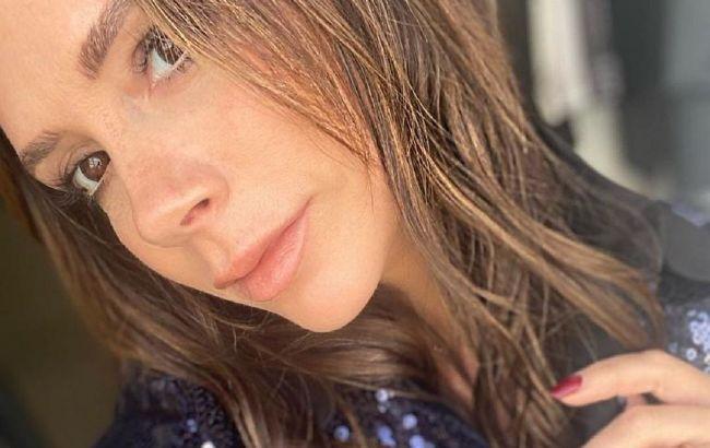 Стройная и гибкая: 46-летняя Виктория Бэкхем в пижаме восхитила знаменитой растяжкой