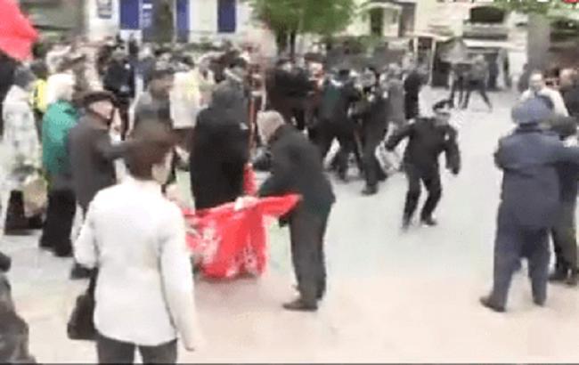 Впроцессе первомайского шествия вВиннице неизвестные вырывали красные флаги умитингующих
