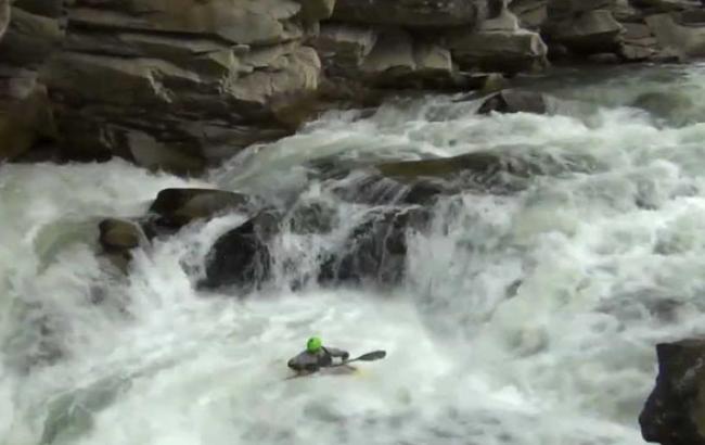 У Карпатах замерз знаменитий водоспад, в мережі з'явилися яскраві фото