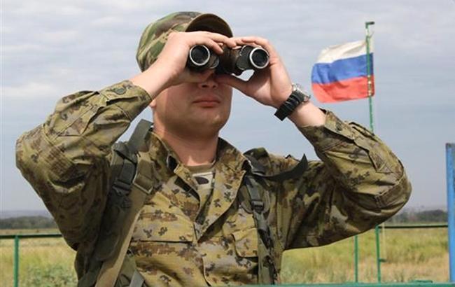 Фото: сотрудник погранслужбы РФ (voicesevas.ru vk.com)