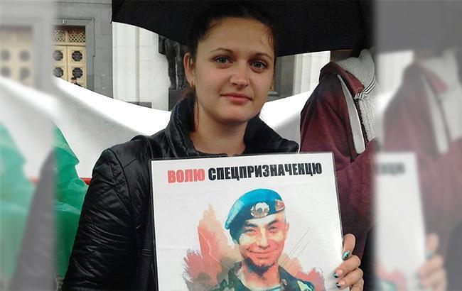 Фото: Сестра Сергея Глондара с его портретом (facebook.com/КатяГлондар)