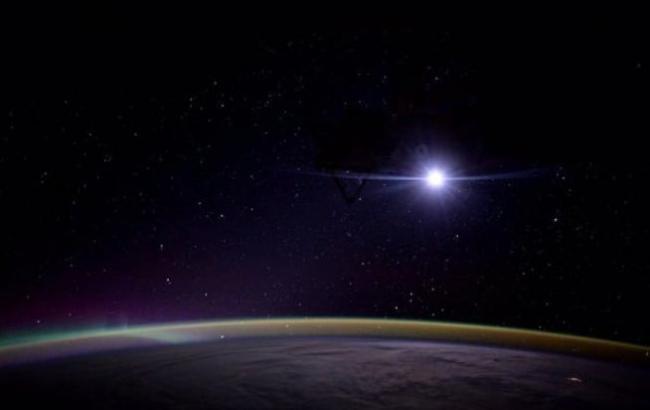 Фото: Схід Місяця над Землею (twitter.com/NASA_Astronauts)