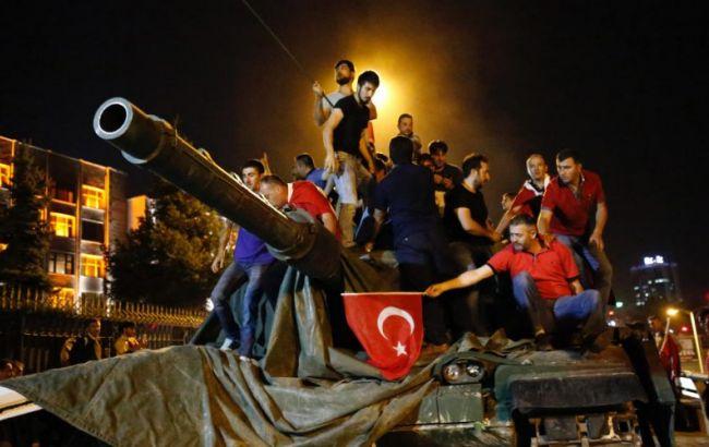 Фото: в Турции арестовали работников СМИ за связи с Гюленом