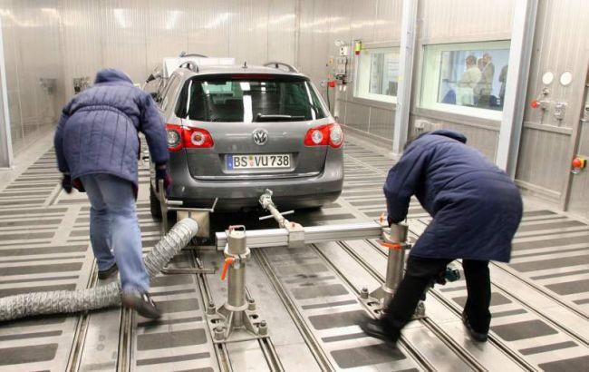 Фото: тестирование автомобиля Volkswagen на уровень выбросов