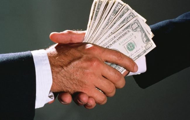 Фото: чиновника поймали на взятке в 10 тыс. долларов
