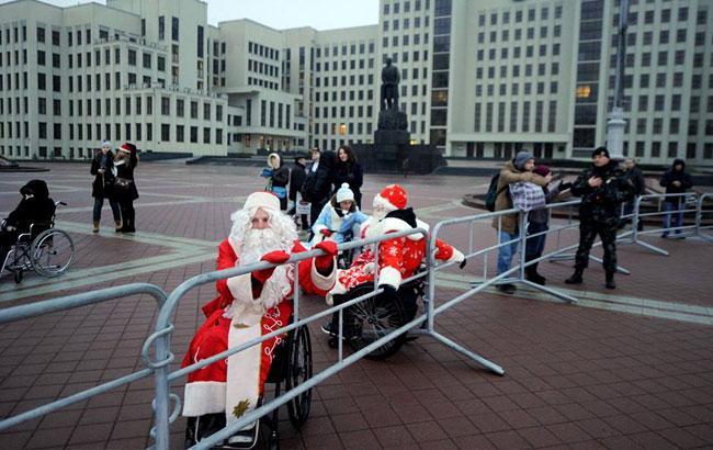 У Мінську Дідів Морозів на візках не пустили на свято
