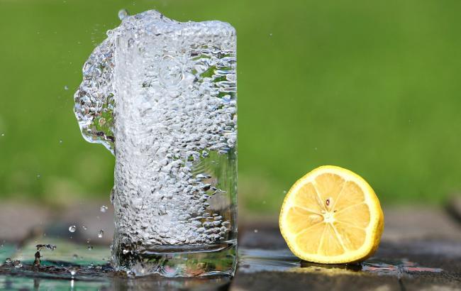 Лікарі розповіли, чи можна пити воду під час їжі