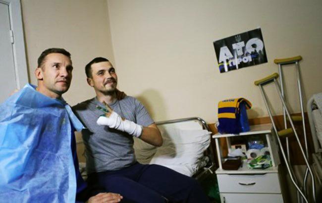Фото: Шевченко з пораненим бійцем (ffu.org.ua)