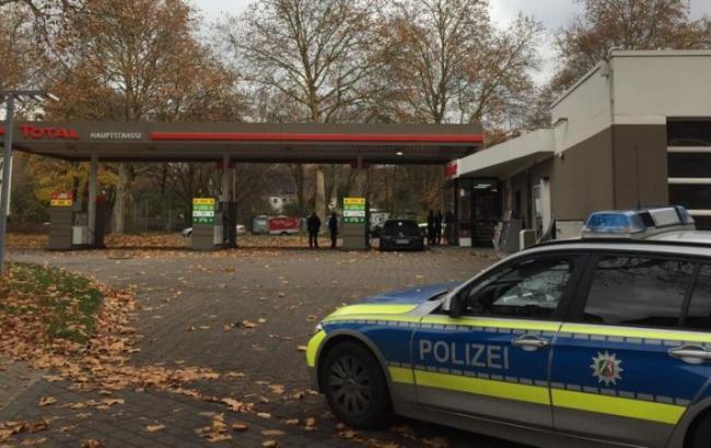 В Германии вооруженный мужчина захватил заложницу на заправке