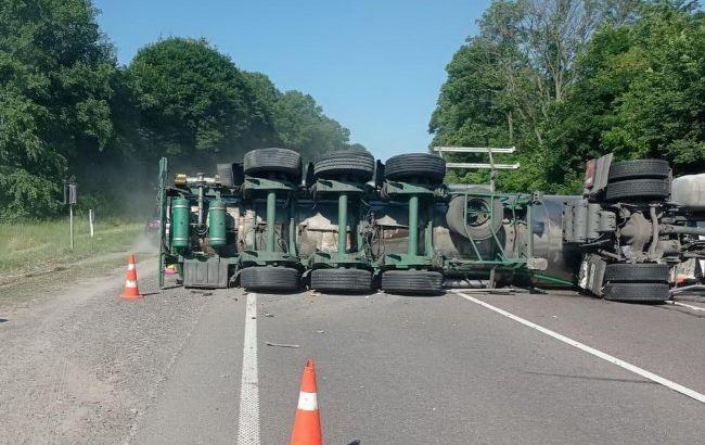 На трассе Киев-Чоп перевернулась цистерна: пробка на несколько километров