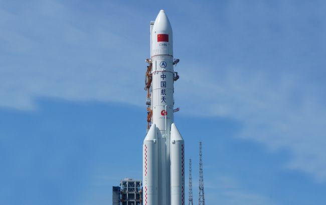 Неконтрольована китайська ракета впала на Землю: у Китаї розповіли куди