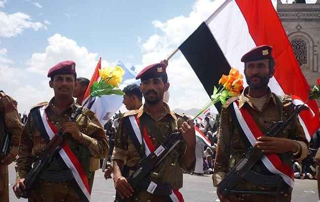 Фото: военные на фоне флага Йемена (Wikipedia)