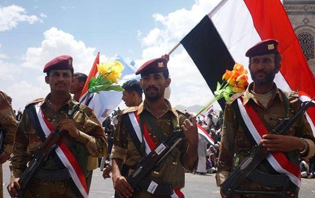 Фото: військові на тлі прапора Ємену (Wikipedia)