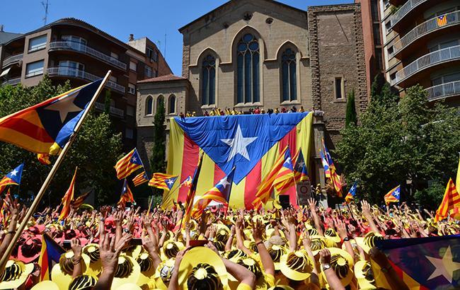 У Каталонії почали знімати іспанські прапори з адмінбудівель