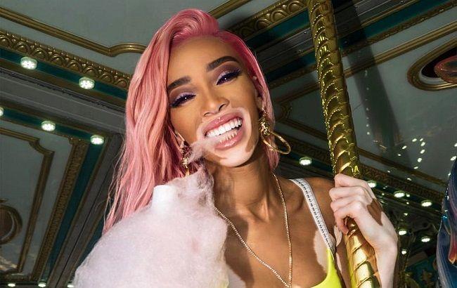 В яскравому міні і з рожевими волоссям: Вінні Харлоу в образі Барбі розважається на фестивалі