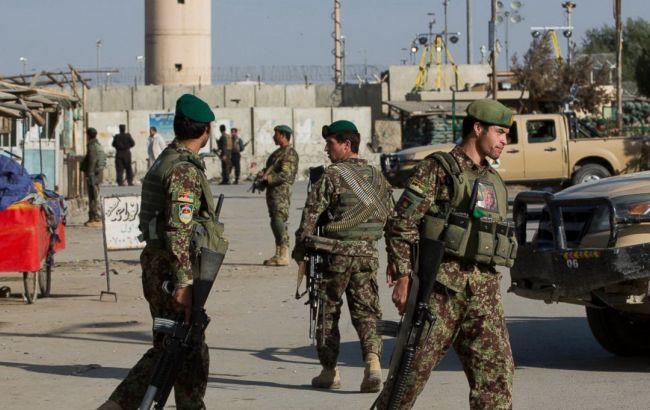 Фото: афганские военные блокируют дорогу на авиабазу Баграм после взрыва