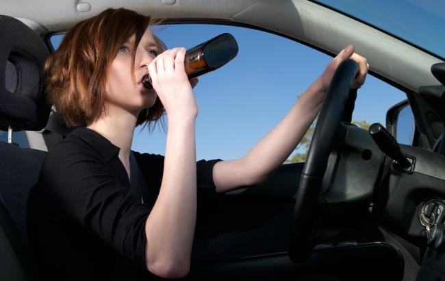 Фото: Вживає алкоголь за кермом (autopark.by.jpg)