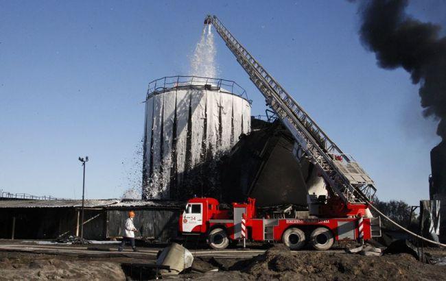 Фото: гасіння пожежі на нафтобазі вранці 12 червня