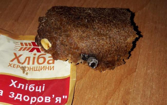 Фото: Працівники херсонського хлібокомбінату запекли в хлібі болт (кhersonline.net)