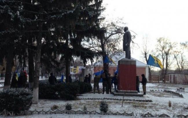 Фото: под Кременчугом активисты повалили памятник Ленину