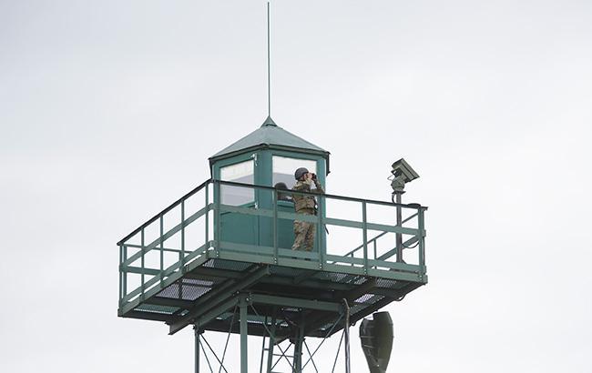 Фото: прикордонник на дозорній вежі (yatsenyuk.org.ua)