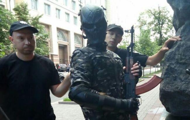 В урядовому кварталі Києва затримали чоловіка зі зброєю