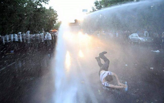 Фото: протест в Єревані розігнали за допомогою водометів
