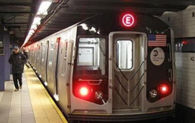 Фото: В Нью-Йорке поезд метро сошел с рельсов
