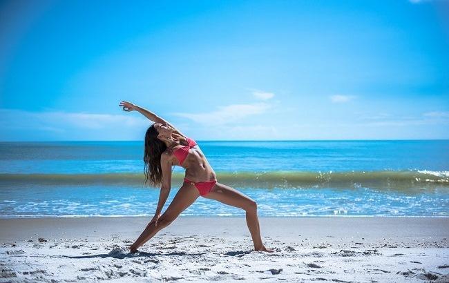 Известная фитнес-тренер показала эффективный комплекс упражнений на все тело (видео)