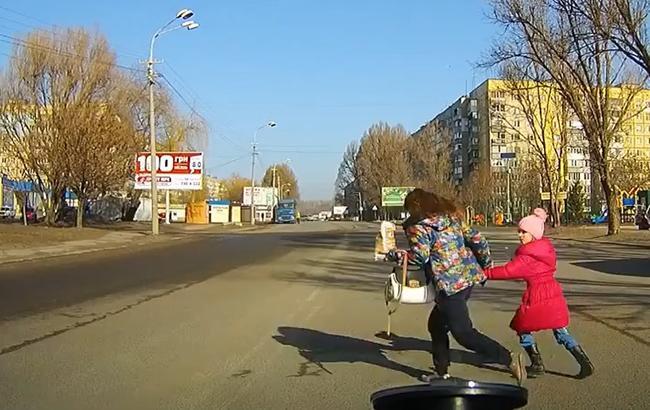 """""""Яжемать"""": две киевлянки поставили под угрозу жизни детей (видео)"""