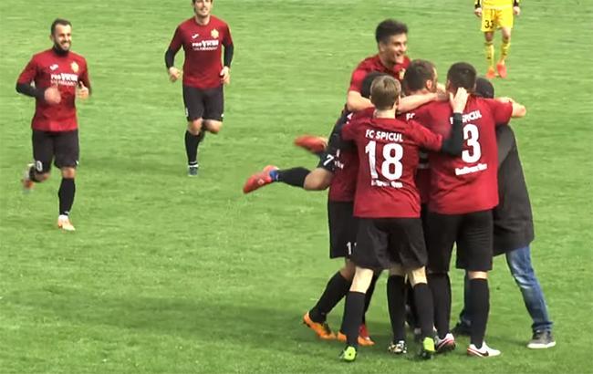В Молдавии во время футбольного матча составы команд показали на листочке