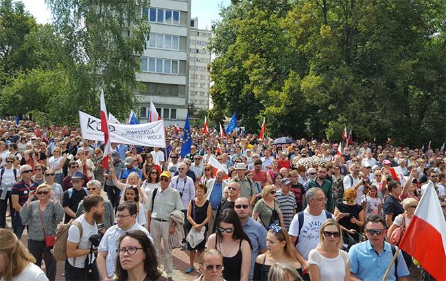 УВаршаві активісти вийшли намасовий протест проти судової реформи