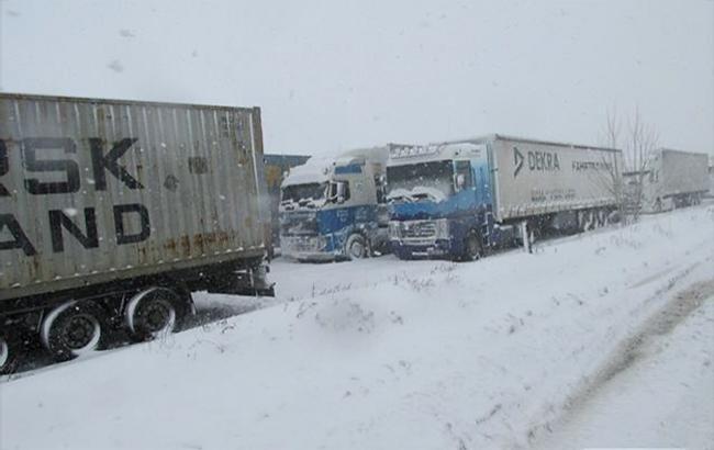 Непогода в Украине: трасса Киев-Одесса закрыта для транспорта с 15:00