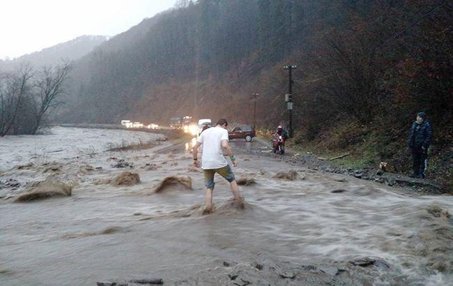 Фото: підйом рівнів води на річках (zakarpattya_net_ua)