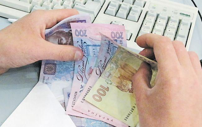 Середня зарплата в Україні в січні зменшилася на 467 гривень