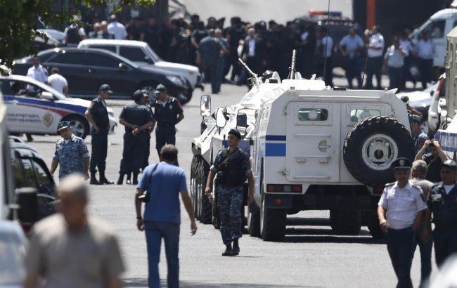 Фото: вооруженные люди продолжают удерживать захваченный полицейский участок