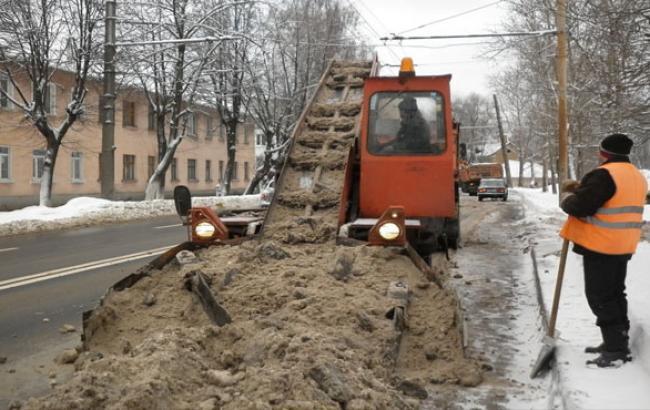 Фото: На дороги Киева вновь высыпят тонны песка и соли (facebook.com)