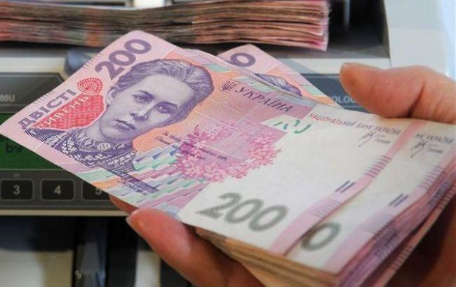Фото: средняя зарплата сократилась на 34 гривны